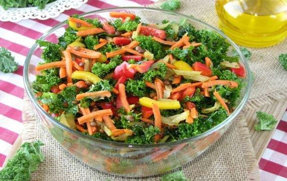 Сырой салат из листовой капусты и чечевицы - рецепт с фото